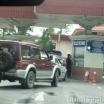 Long queue at Brunei Custom checkpoint. Drive thru and stop at the counter.