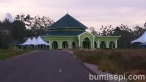 Masjid hijau yang besar antara Miri dan Bintulu (Sarawak)